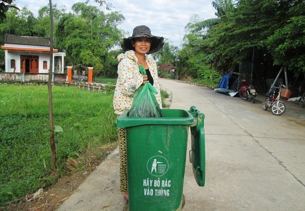 Mô hình thu gom và xử lý rác thải được triển khai thực hiện giúp môi trường nông thôn ngày càng cải thiện. Ảnh: VĂN SỰ