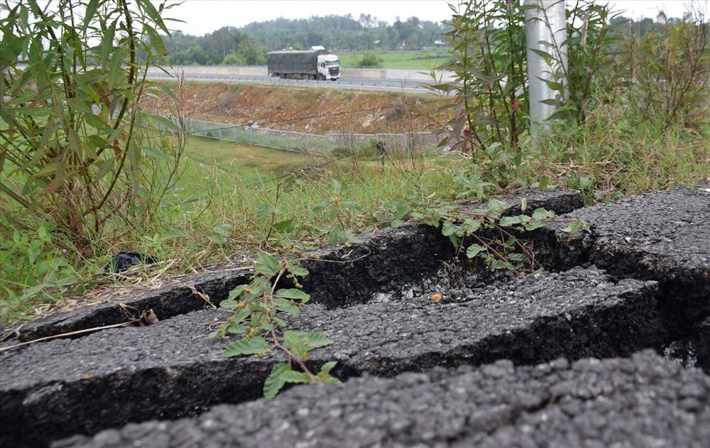Ban Quản lý dự án đường cao tốc Đà Nẵng - Quảng Ngãi cam kết sẽ bảo đảm an toàn giao thông tại vị trí sạt lở. Ảnh: THANH THẮNG