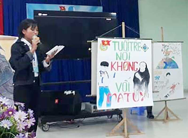 """Các em học sinh Trường THPT Võ Chí Công thi vẽ tranh với chủ đề """"Tuổi trẻ nói không với ma túy"""". Ảnh: H.T"""