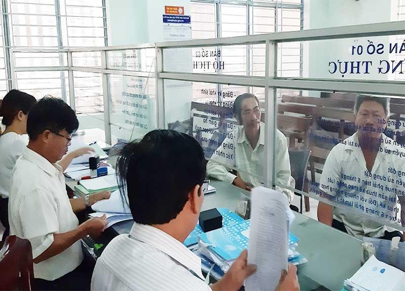 Huyện Duy Xuyên luôn chú trọng nâng cao chất lượng đội ngũ cán bộ, công chức trong khâu giải quyết thủ tục hành chính. Ảnh: H.N