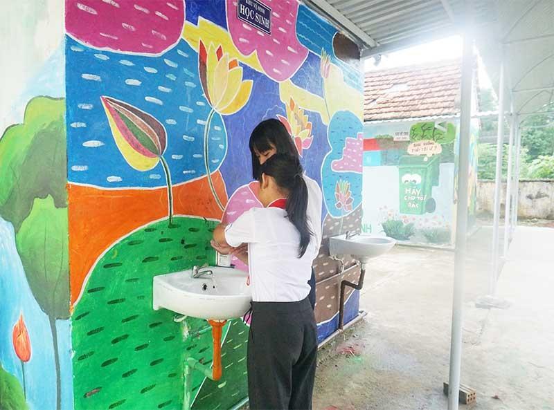 Khu vệ sinh của Trường THCS Lê Lợi, xã Bình Phú được khoác lên màu mới. Ảnh: Biên Thực