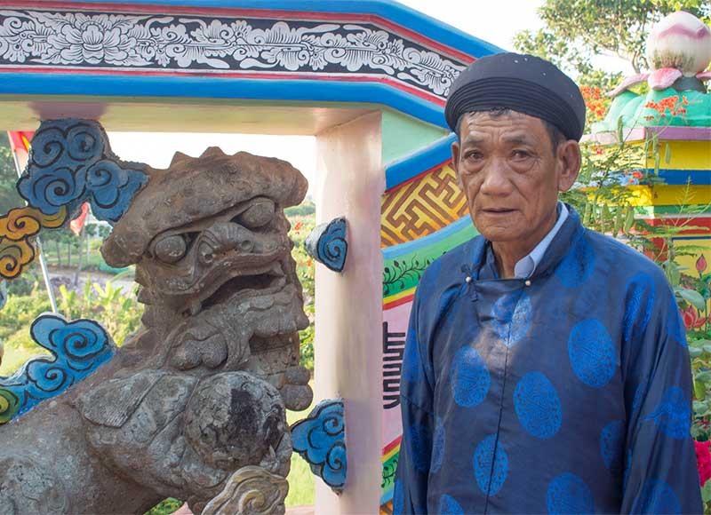 Ông Ngô Vân trước con lân linh thiêng ở dinh bà Thiên Y A Na.