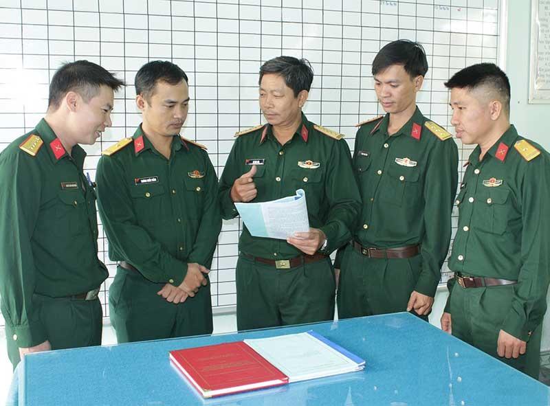 Đại tá Vũ Văn Túc - Trưởng khoa Khoa học xã hội và nhân văn (giữa) truyền thụ kinh nghiệm cho các giáo viên trẻ. Ảnh: Đ.T.N.D