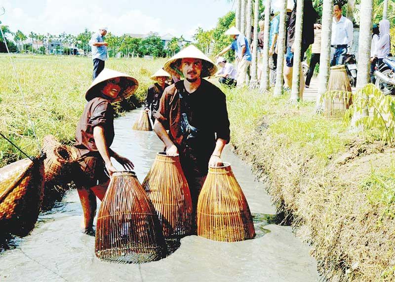 Khách du lịch khá thích thú với tour tham quan, trải nghiệm tại các làng quê xứ Quảng. Ảnh: N.S