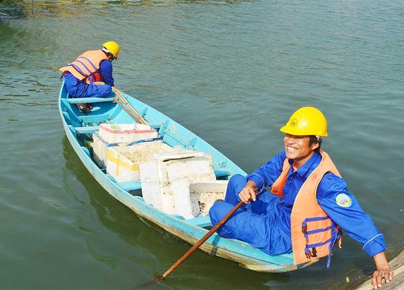 Việc quản lý rác thải rắn trên lưu vực sông Vu Gia - Thu Bồn cần mang tính đồng bộ từ đầu nguồn xuống biển. Ảnh: Q.T
