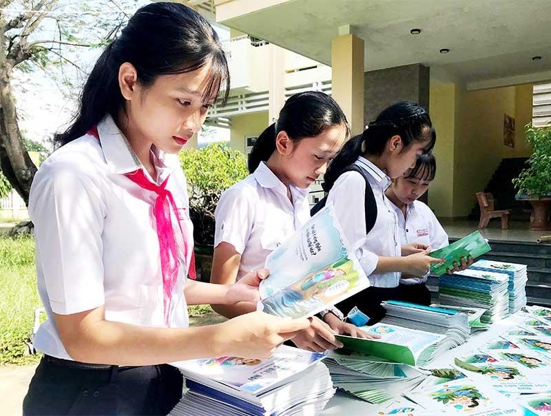"""Học sinh Duy Xuyên đọc bộ truyện tranh """"Mizu - Giọt nước biết nói"""". Ảnh: VINH ANH"""