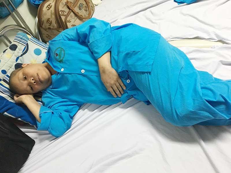 Chị Nguyễn Thị Hồng Dung đang điều trị tại phòng 321, tầng 3, Bệnh viện Ung bướu TP.Đà Nẵng. Ảnh: N.T