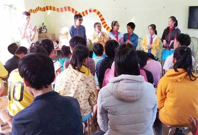 Thầy và trò Trường Tiểu học Trần Quốc Toản (Tam Kỳ) thăm Trung tâm Hỗ trợ phát triển giáo dục hòa nhập Hướng Dương Việt Quảng Nam. Ảnh: C.N