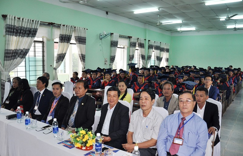 Đại biểu và 344 học sinh, sinh viên tham dự lễ bế giảng. Ảnh: A.ĐÔNG