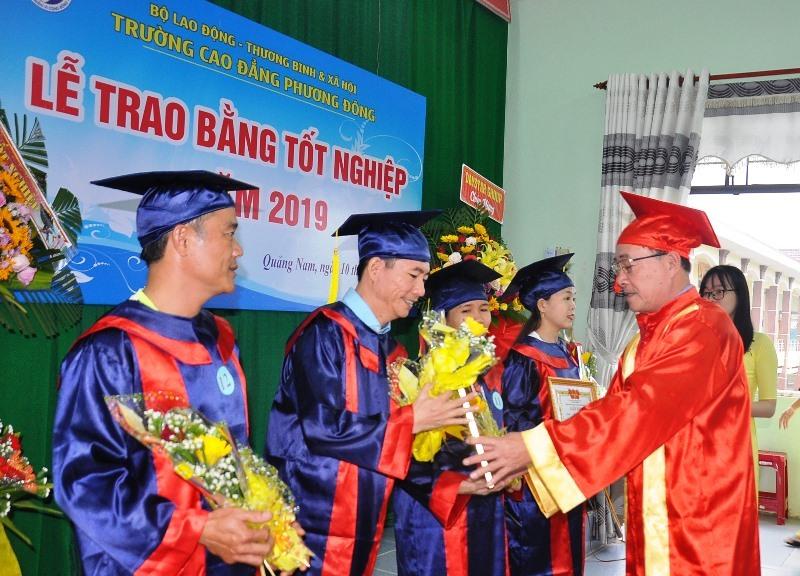 Ông Nguyễn Đình Toàn - Hiệu trưởng Trường Cao đẳng Phương Đông tặng giấy khen các sinh viên hoàn thành tốt khóa học. Ảnh: A.ĐÔNG