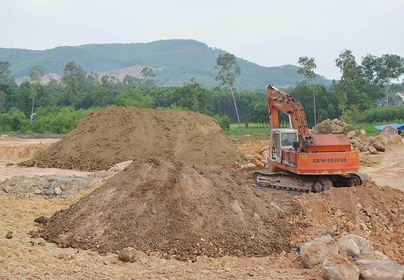 Ngân sách bị thất thu do không đánh giá chính xác trữ lượng khoáng sản. TRONG ẢNH: Mỏ khai thác đá ở xã Phú Thọ (Quế Sơn). Ảnh: T.H