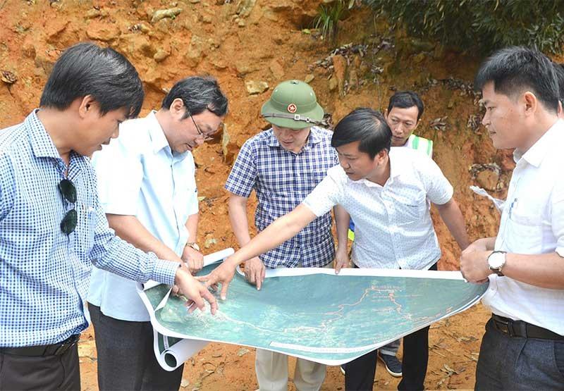 Phó Chủ tịch UBND tỉnh Trần Văn Tân khảo sát địa điểm thực hiện giai đoạn II của dự án vào đầu tháng 4 vừa qua. Ảnh: C.TÚ