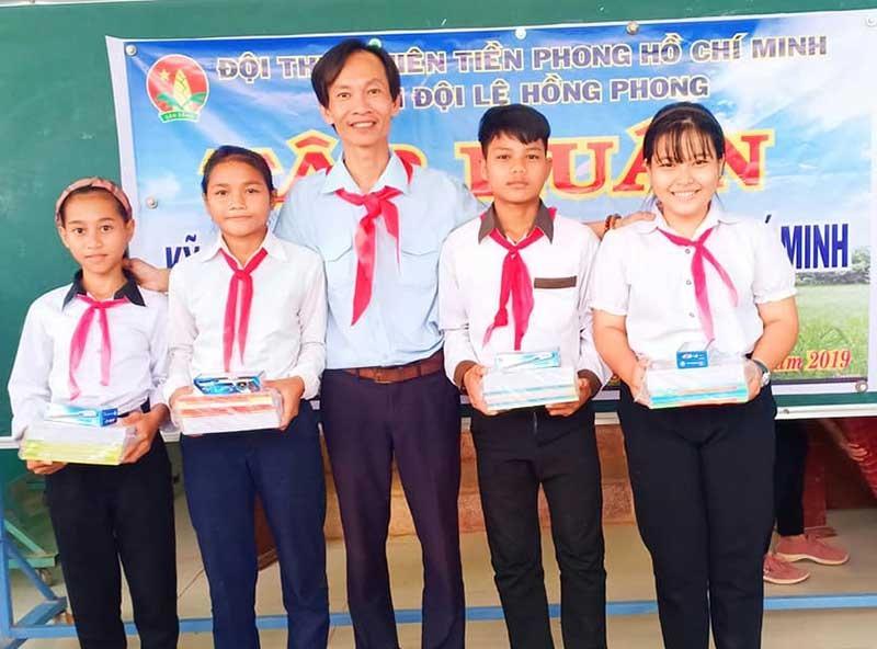 Thầy giáo Phạm Phú Cường trao quà chia sẻ với học trò nghèo vùng cao. Ảnh: A.TUYẾT