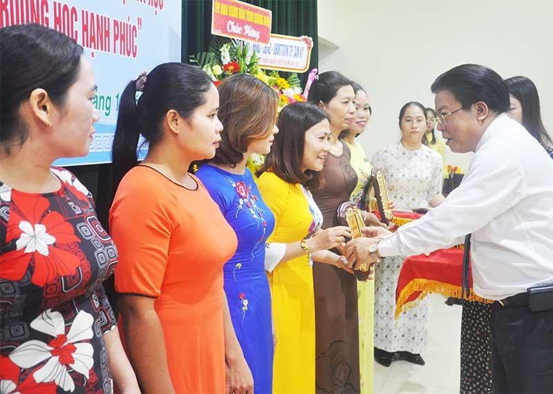 Giám đốc Sở GD-ĐT Hà Thanh Quốc vinh danh các nhà giáo đạt thành tích xuất sắc tại lễ tuyên dương, khen thưởng năm học 2018 - 2019. Ảnh: X.P