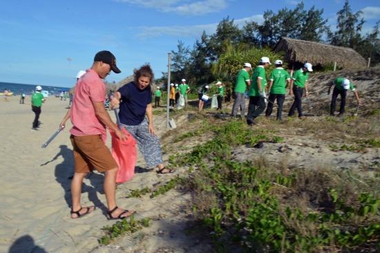 Du khách nước ngoài tham gia dọn rác trên biển An Bàng, Hội An.