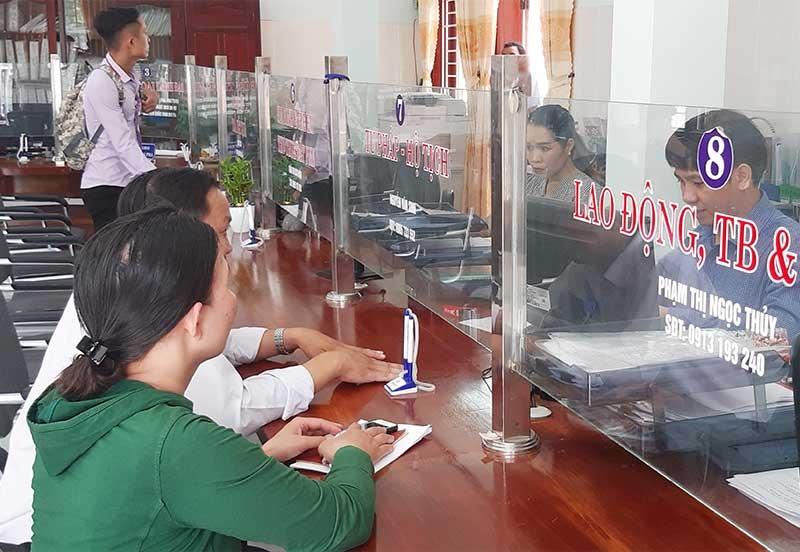 Cán bộ tại Bộ phận Tiếp nhận và trả kết quả phường An Sơn hướng dẫn người dân thực hiện các thủ tục hành chính.Ảnh: V.L