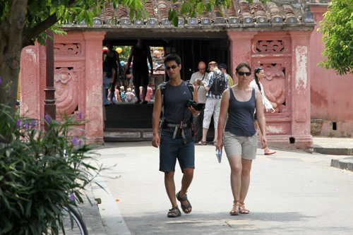 Visitors to Hoi An ancient town. Photo: enternews