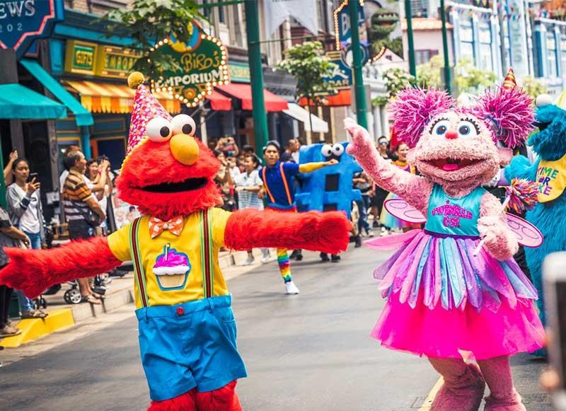 Những chú rối Muppet trong Sesame nổi tiếng diễu hành trên đường phố để chào mừng sinh nhật 50 của chương trình. Ảnh: @Dejiki