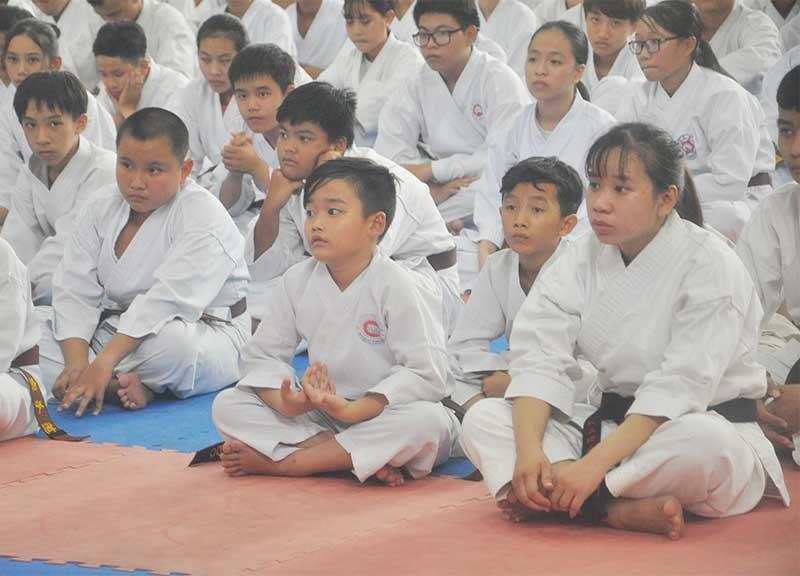 Các vận động viên Karatedo lứa tuổi học trò chờ thi thăng đẳng. Ảnh: A.S