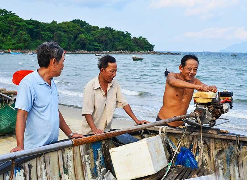 Cộng đồng làng ven biển đóng vai trò quan trọng trong bảo tồn di sản văn hóa phi vật thể biển. Ảnh: Q.T