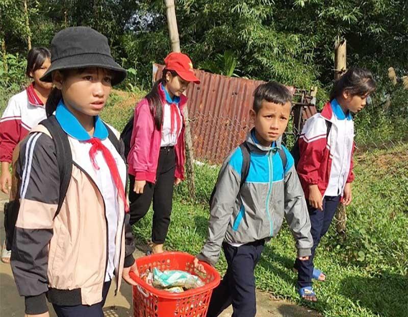 Học sinh Trường Phổ thông Dân tộc bán trú - THCS Trà Don tham gia dọn vệ sinh môi trường. Ảnh: H.A