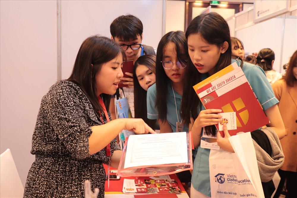 Học sinh THPT của Sky-Line tham quan triển lãm du học toàn cầu. Ảnh: N.T.B