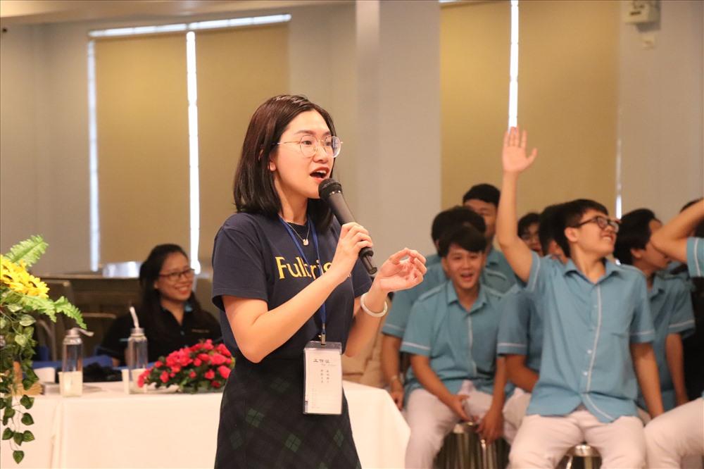 Giảng viên Đại học Fulbright định hướng nghề nghiệp cho học sinh THPT Sky-Line. Ảnh: N.T.B