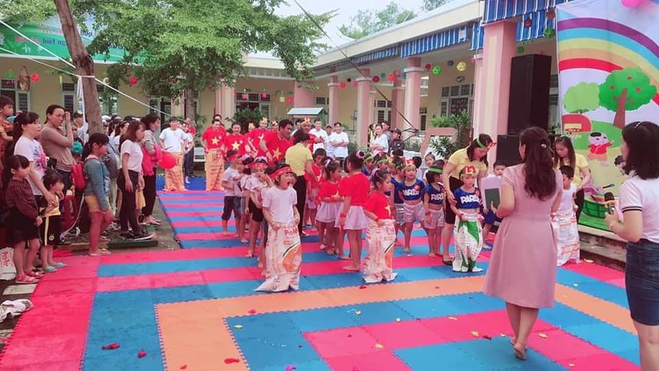 """Phụ huynh, giáo viên và học sinh Trường Mẫu giáo Hoa Sen (Tam Kỳ) cùng tham gia hội thi """"Bé mầm non vui khỏe"""". Ảnh: C.N"""