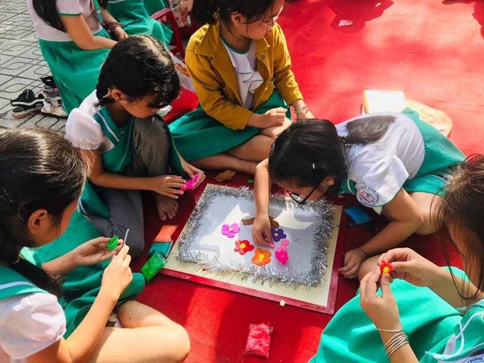 Học sinh Trường Tiểu học Nguyễn Văn Trỗi (Tam Kỳ) thi làm đất nặn chủ đề về Ngày Nhà giáo Việt Nam. Ảnh: C.N