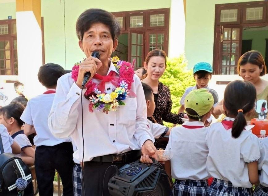 Thầy giáo Nguyễn Văn Hoa (Trường Tiểu học Ngô Quyền) có 30 năm làm TPT Đội. Ảnh: L.T