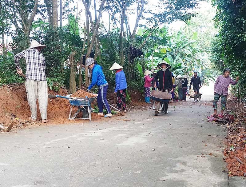 Người dân tổ 1, thôn Tiên Phú Tây (Tiên Mỹ) ra quân dọn vệ sinh môi trường, trồng hoa, cây cảnh dọc tuyến đường giao thông qua khu dân cư. Ảnh: N.H
