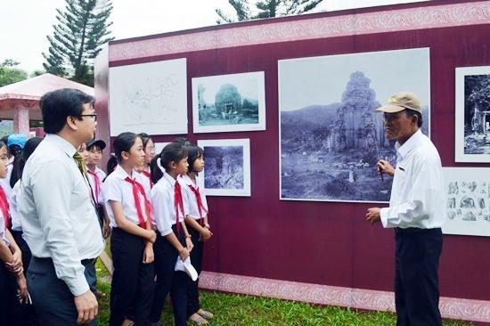 Học sinh tìm hiểu về Mỹ Sơn tại triển lãm. Ảnh: KHÁNH LINH
