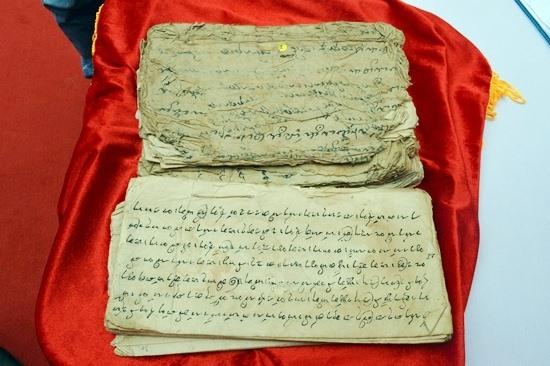 Văn bản Chăm cổ được nhà sưu tầm Lâm Zũ Xênh hiến tặng Ban Quản lý Di sản văn hóa Mỹ Sơn. Ảnh: KHÁNH LINH