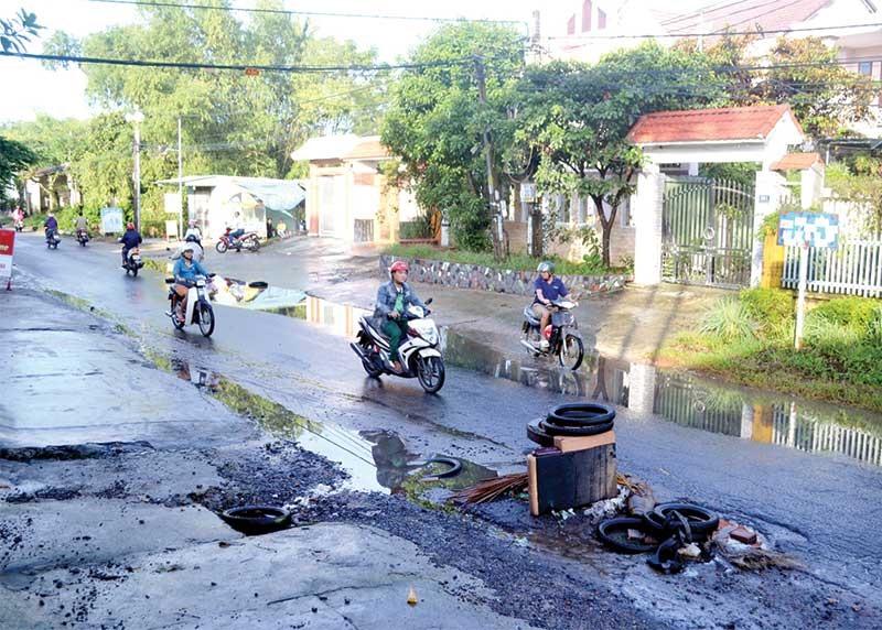 Tuyến đường Huỳnh Ngọc Huệ hư hỏng nặng cần phải sớm được đầu tư nâng cấp, mở rộng. Ảnh: C.TÚ