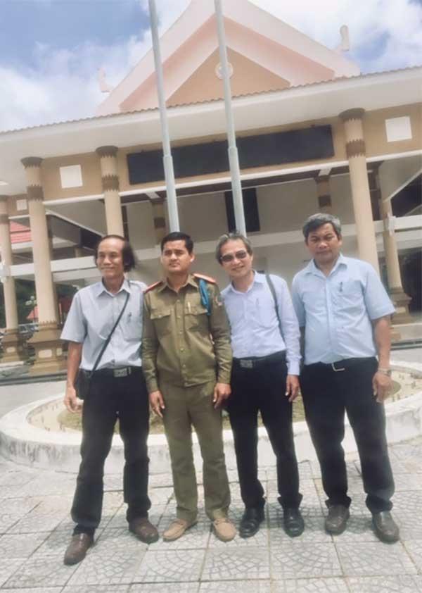 Tác giả (thứ 3, từ bên trái) chụp hình lưu niệm tại cửa khẩu Nam Giang - Đắc Tà Oóc.