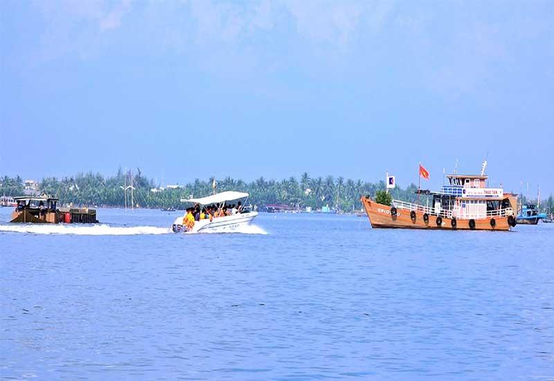 Tuyến đường thủy nội địa Cửa Đại - Cù Lao Chàm hiện có hơn 1.000 tàu thuyền hoạt động. Ảnh: Đ.Q