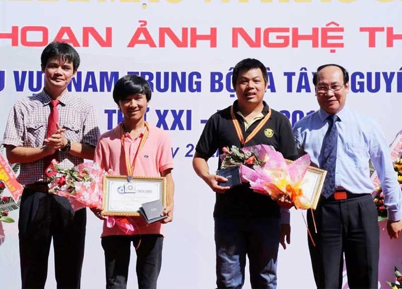 Nghệ sĩ nhiếp ảnh trẻ Lê Trọng Khang và Mai Thành Chương được khen thưởng tại Liên hoan Ảnh nghệ thuật Nam miền Trung - Tây Nguyên lần thứ 20 tổ chức tại Quảng Nam. Ảnh: B.A