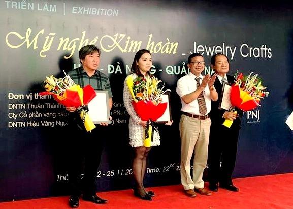 Trao hoa và bằng lưu niệm cho các doanh nghiệp phối hợp tổ chức triển lãm. Ảnh: Q.T