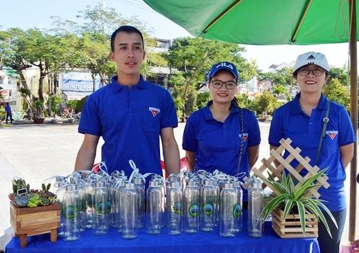 Khoảng 400 chai thủy tinh đã được đổi cho người dân. Ảnh: VĨNH LỘC