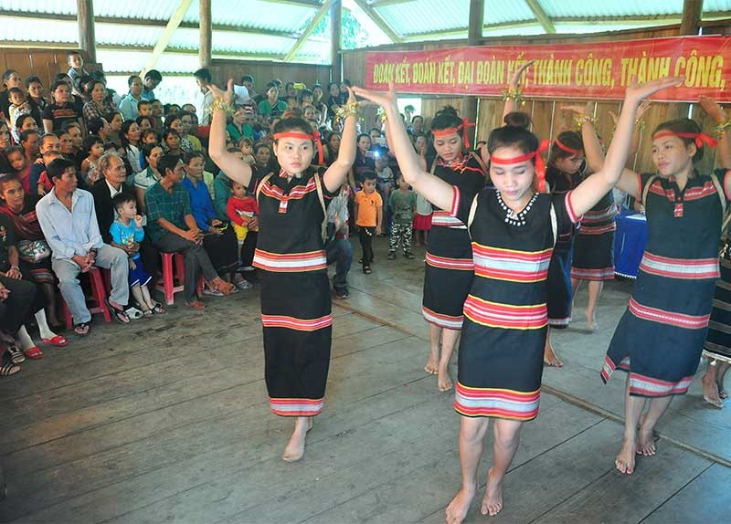 Người làng Lao Đu vui ngày hội đoàn kết. Ảnh: N.C