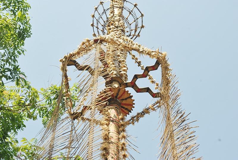 Phần ngọn của cây nêu, cũng được mô phỏng bởi hình chim hang, chính là biểu tượng cho người Ca Dong. Ảnh: S.G.P