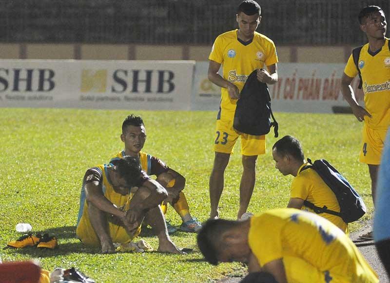 Nỗi buồn của các cầu thủ Khánh Hòa. Ảnh: T.V