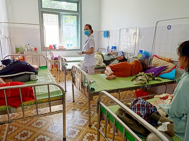 Bệnh nhân sốt xuất huyết đang nằm điều trị tại Bệnh viện Đa khoa khu vực miền núi phía Bắc Quảng Nam. Ảnh: T.N
