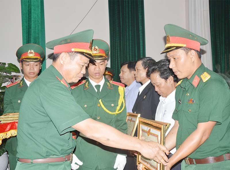 Trung úy QNCN Nguyễn Đào Duy Thanh được UBND tỉnh khen thưởng tại hội nghị sơ kết 10 năm xây dựng nền Quốc phòng toàn dân (2009-2019). Ảnh: D.L