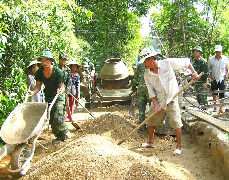 Bộ đội Lữ đoàn Tăng - Thiết giáp 574 giúp xã Quế Cường, huyện Quế Sơn làm đường giao thông nông thôn. Ảnh: N.D