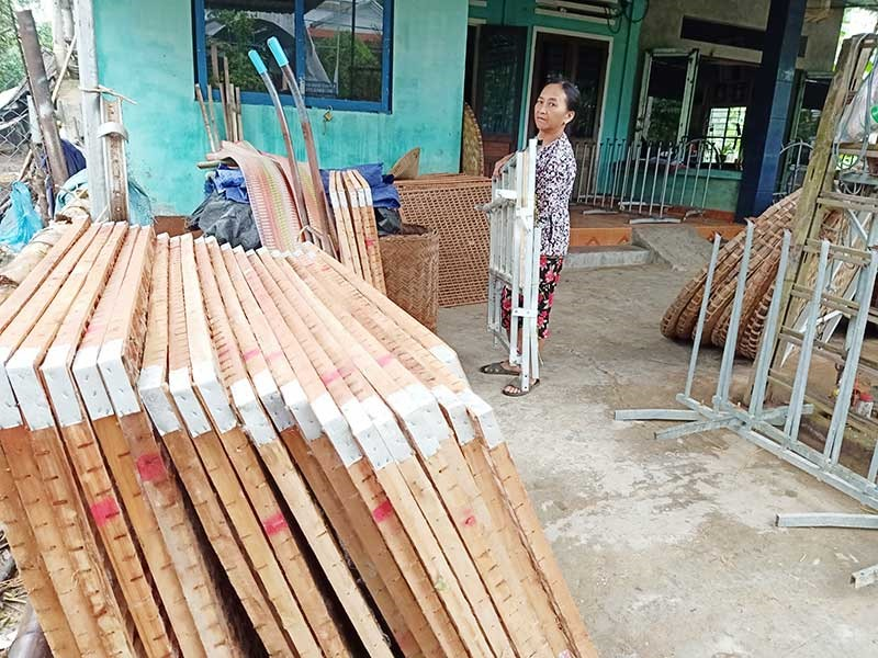 Bà Cao Thị Nga được hỗ trợ nhiều vật dụng để nuôi tằm như nong, vỉ né và hỗ trợ 100% giống tằm, giống dâu... khi tham gia dự án. Ảnh: TRIÊU NHAN