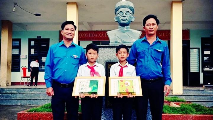 Huyện đoàn Núi Thành tặng giấy khen cho 2 học sinh Trường THCS Huỳnh Thúc Kháng. Ảnh: N.NGÔ