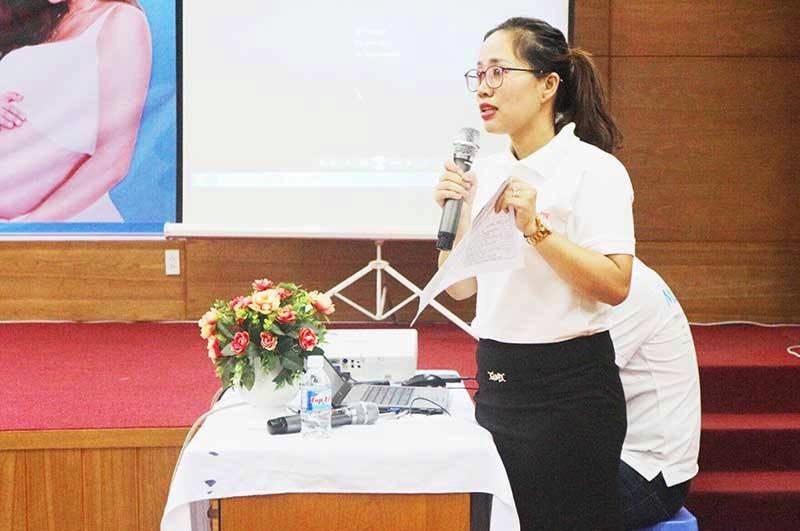 Chị Võ Thị Hồng Trinh tư vấn cách chăm sóc mẹ sau sinh. Ảnh: N.TRANG