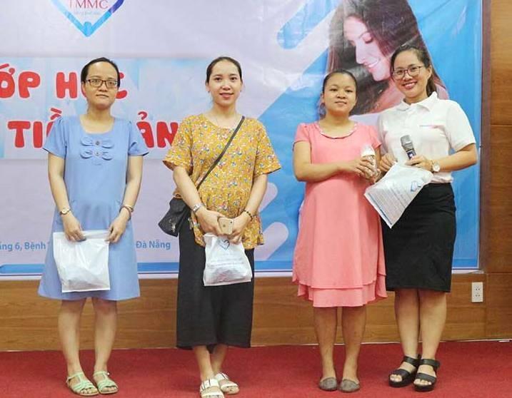 """Võ Thị Hồng Trinh (ngoài cùng bên phải) trong chương trình """"Tiếp xúc với các bà mẹ bầu"""". Ảnh: N.TRANG"""
