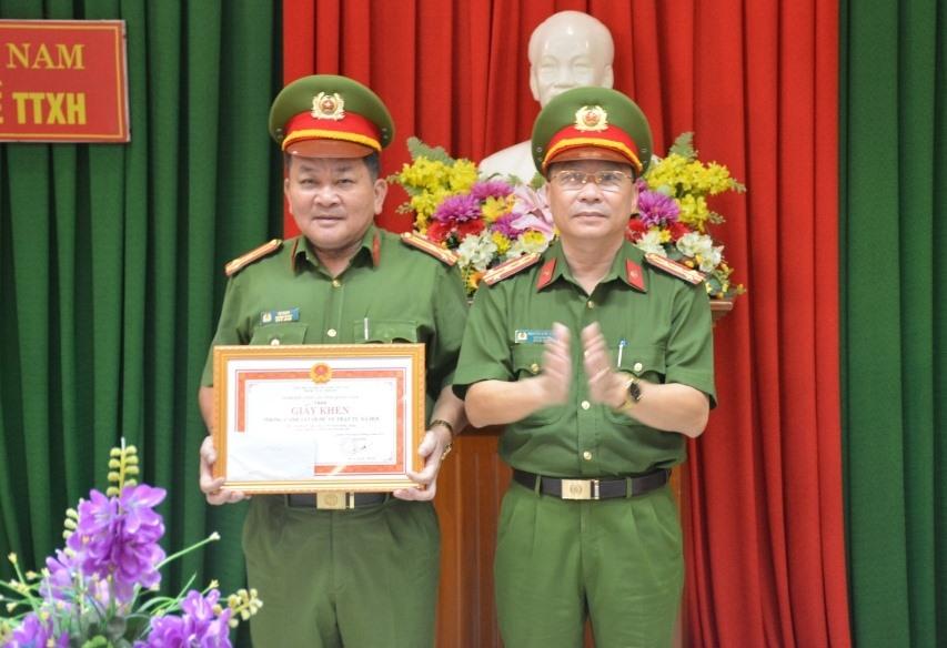 Đại tá Nguyễn Đức Dũng - Phó Giám đốc Công an tỉnh trao thưởng nóng cho Phòng Cảnh sát quản lý hành chính về trật tự xã hội. Ảnh: P.N